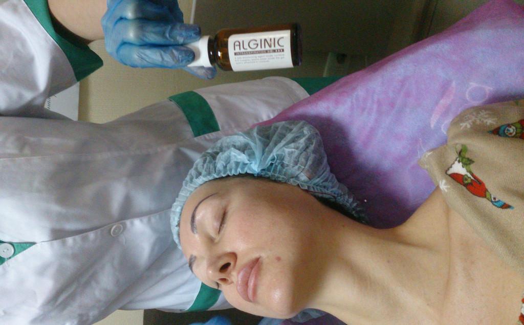 Наносим Alginic Intraspiration Sol, обеспечивающий транспорт активного СО2 в глубокие слои кожи. А также, антиоксидантная защита, улучшает ионный обмен, связывает лишнее количество иммуноглобулина стимулирует синтез иммуноглобулина А.