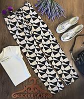 Стильные повседневные брюки с клешем от бедра в крупный принт-геометрию  PN14100