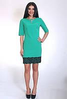 Молодежное бирюзовое платье с украшением и кружевом по низу