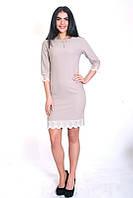 Красивое платье полу-приталенного силуэта, хорошего качества, с украшением и кружевом