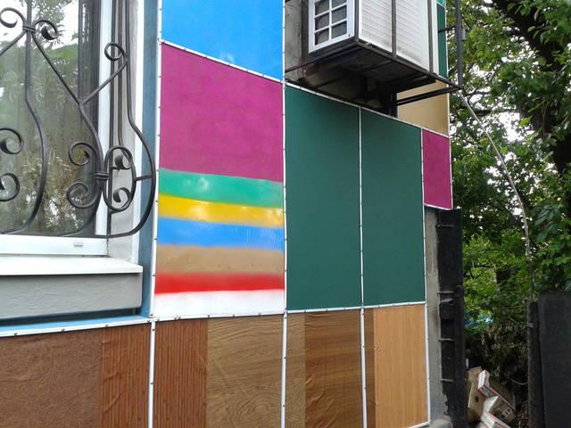 Утепление стен домов, зданий и сооружений плёнкой на пропиленовой основе, а по сути слоем воздуха, самый эффективный, простой, доступный и экономичный вариант. Ремонт обыкновенным прозрачным скотчем.