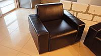 Офисное кресло с подлокотниками из кожзаменителя