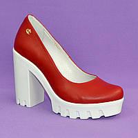 Женские красные кожаные туфли на высоком каблуке, декорированы фурнитурой