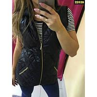 Женский стеганый черный жилет с капюшоном
