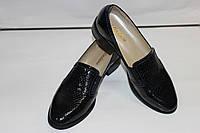 Женские туфли-лоферы из натуральной кожи со змеиным принтом