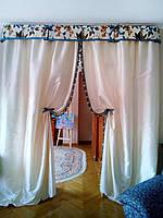 Шторы с подвязками и цветочным принтом
