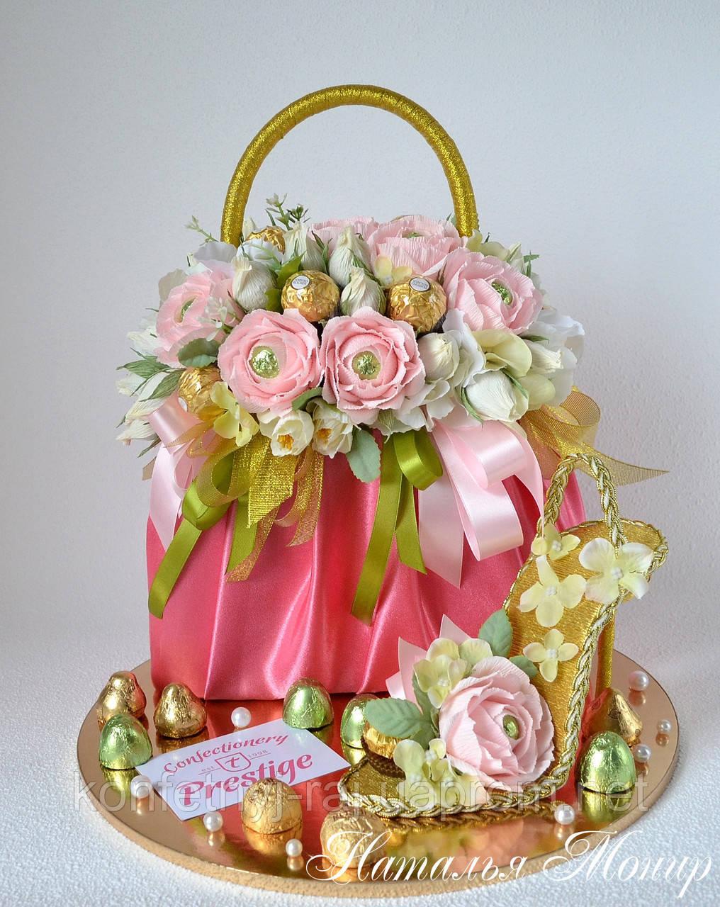 7b3cba2503c7 Сумка из конфет с розами с туфелькой