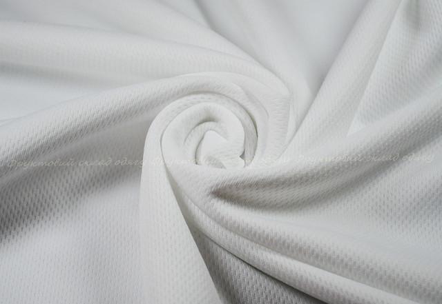 Белая женская спортивная футболка