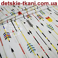 Ткань бязь с большими цветными стрелами на белом фоне (№ 695а).
