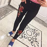 Черные женские джинсы с вышивкой и бусинами