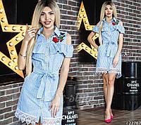 Симпатичное платье-рубашка с баской, в вертикальную мелкую полоску, визуально стройнит и вытягивает силуэт.