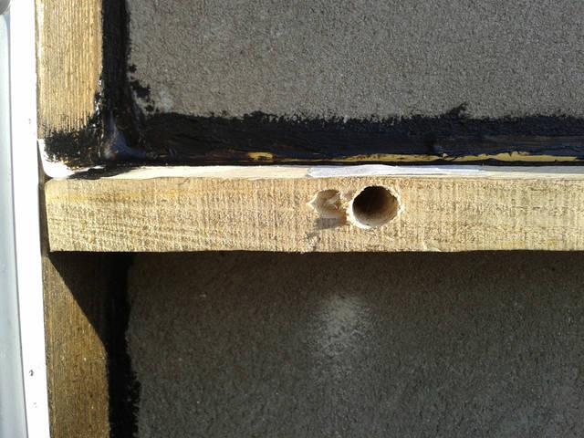 Фрагмент каркаса для испытаний термоизоляции на стене здания.