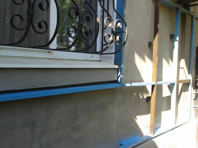 На наружную стену помещения монтируем каркас для крепления плёнки.