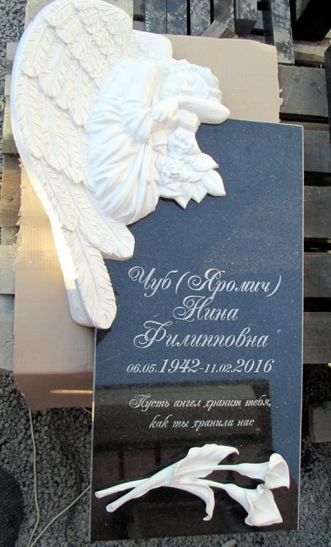 Памятник из гранита с накладкой ангела