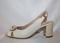 Белые кожаные женские босоножки на каблуке с бантиком