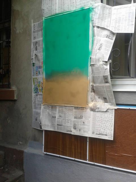 Не так давно на строительном рынке нашей страны появился новый вид краски - резиновая. Несмотря на название, никакой резины в своём составе она не содержит, зато обладает очень похожими свойствами.