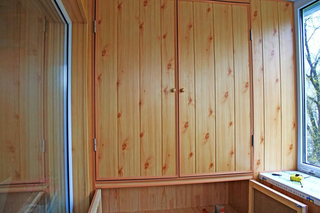 Встроенный балконный шкаф.