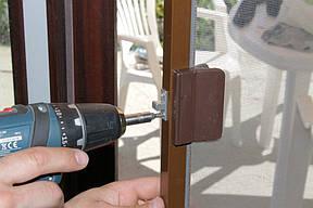 Установка магнитной защелки, которая поможет плотно закрывать дверь без всяких усилий.