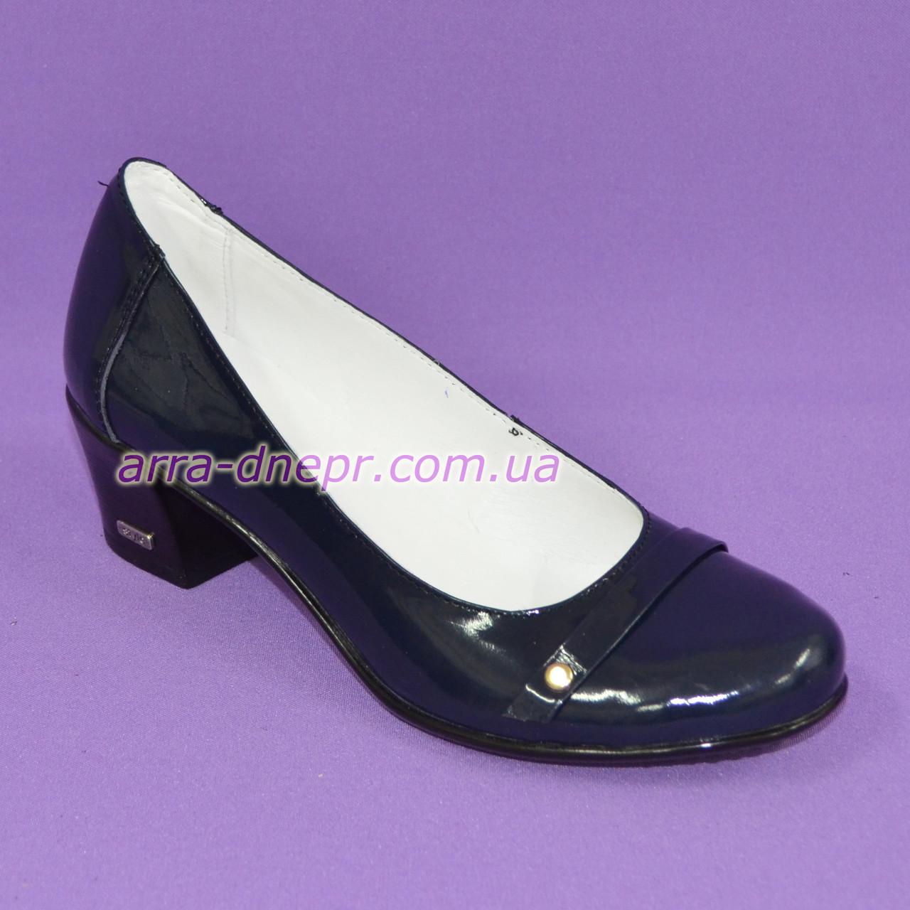 Женские лаковые синие туфли на невысоком каблуке классического пошива.