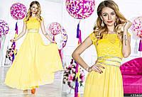 Выпускное приталенное платье выполнено из комбинированных материалов со съемным атласным поясом с камнями.