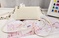 Стильная маленькая женская сумка с длинной ручкой под кожу крокодила (кремовая)
