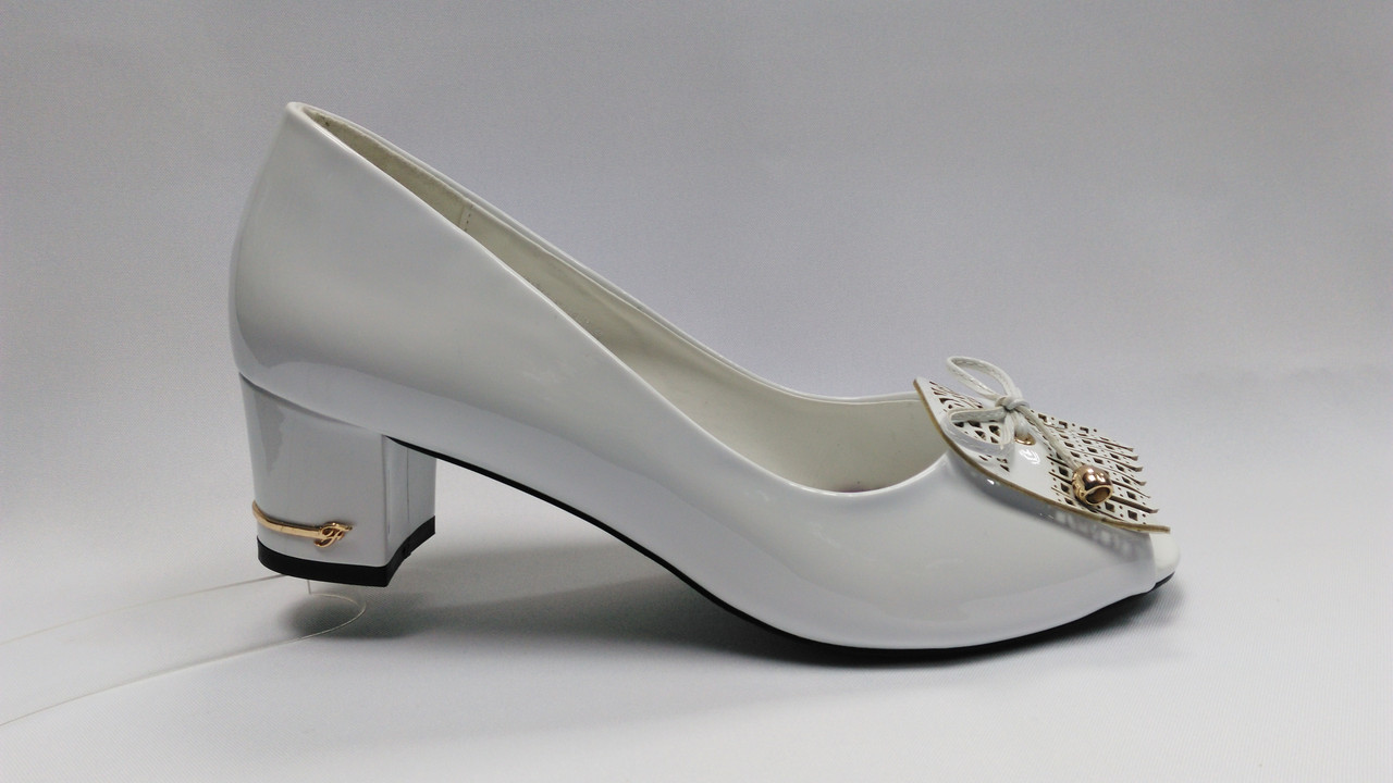 Белые лаковые туфли с открытым носиком на каблуке .Большие размеры ( 41 - 43 ).