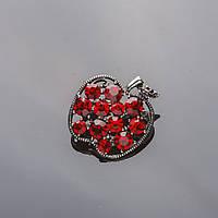 Брошь серебристая Яблочко в красных кристаллах 3,5см