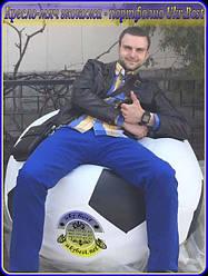 """Бескаркасное кресло-мяч экокожа (кожзам """"Boom""""), диаметр 130 см, бело-черное. Фото на улице, производство Ukrbest в Павлограде, на мягком кресле удобно сижу (почти лежу) я, Николай (рост 185 см) - как видно, даже для меня этот размер - почти кровать"""