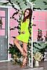 Яркое летнее платье из структурного трикотажа с вырезами на плечах для вечерних прогулок, фото 2