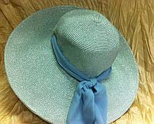 Голубая шляпа из рисовой соломки украшенная шарфом