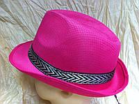 Однотонная малиновая шляпа мужского стиля
