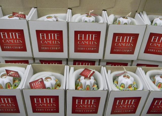 Упакованные свечи в картонных коробках с логотипом мастерской.