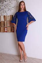 Платье в цвете электрик с кружевными рукавами