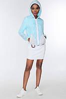 Женская модная куртка-ветровка голубого цвета