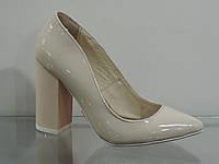Туфли женские бежевые лаковые на каблуке