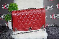 Бордовая сумка Шанель с металлическими уголками.