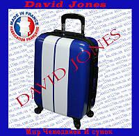 Средний пластиковый чемодан на четырёх колёсах фирмы David Jones