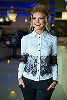 Блуза прилегающего силуэта, рукава и талию декорирует кружево