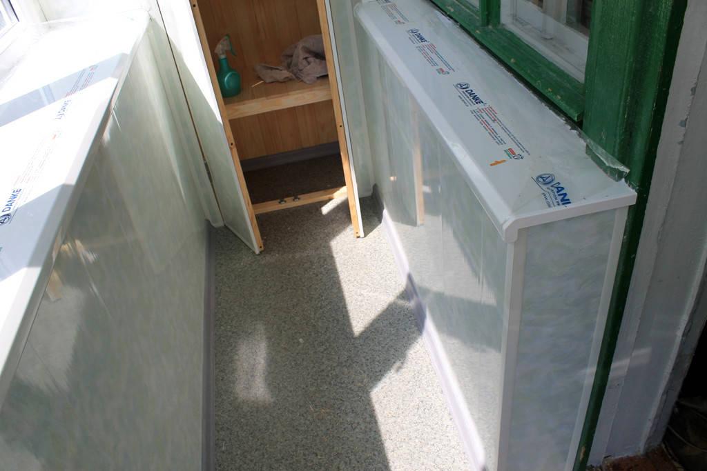 Шкаф идеально гармонирует к внутренней отделки балкона.