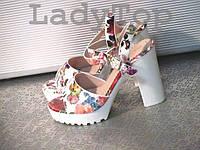 Женские Белые Босоножки на каблуке с цветочным принтом  р.37,38,39,40