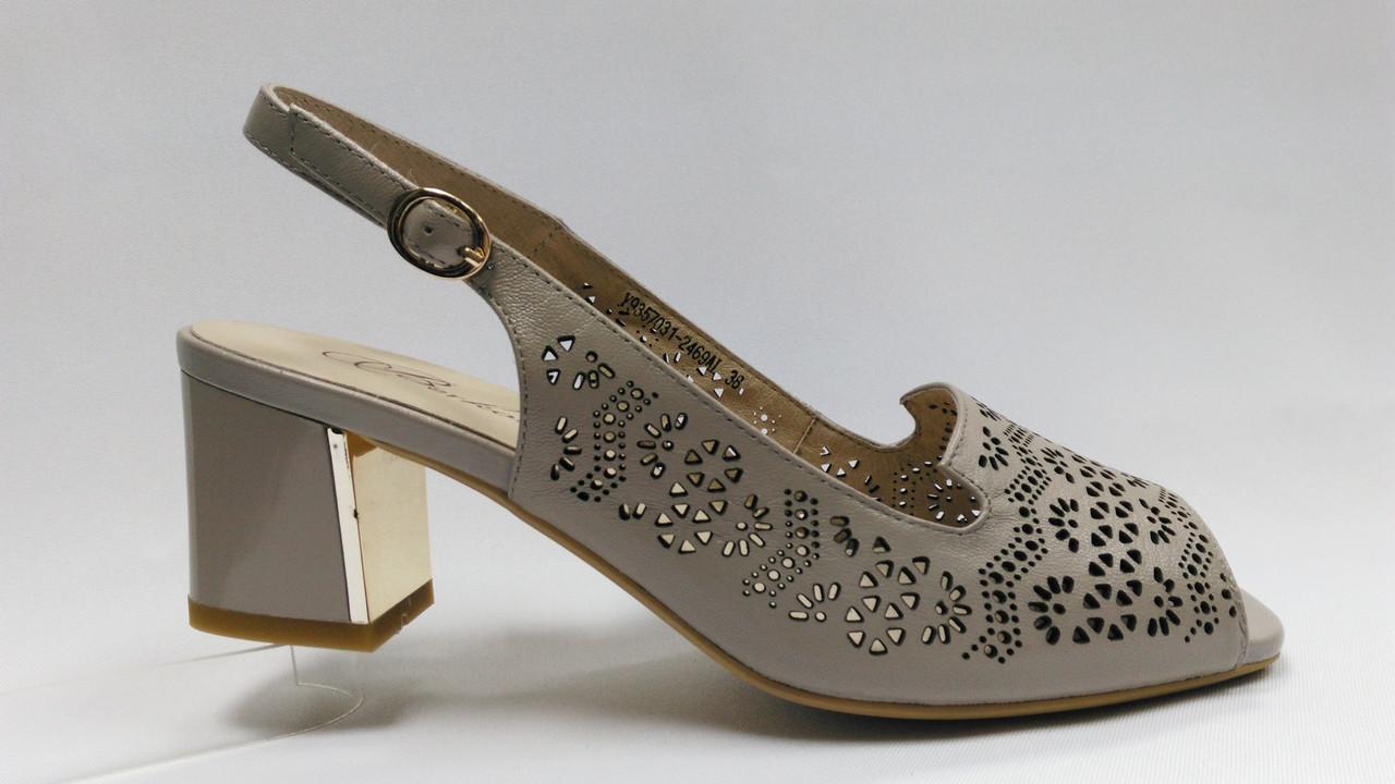 Босоножки кожаные на устойчивом каблуке .