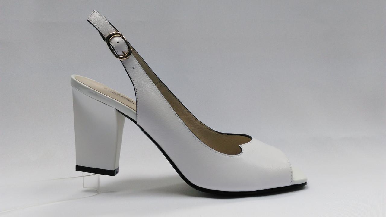 Белые  кожаные босоножки на устойчивом каблуке .