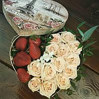 Коробочка-сердце с розами и клубникой