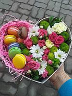 Коробка в форме сердца с цветами и макаронс