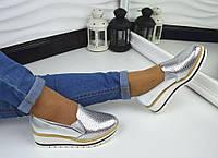 Красивые серебристые туфли на танкетке