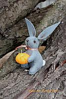 Карманный серый декоративный кролик из фетра с тыквой, купить в Киеве
