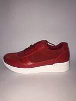 Кроссовки красного цвета на белой подошве