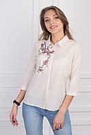 Котоновая молодежная блуза в бежевую клетку украшена вышитым цветком