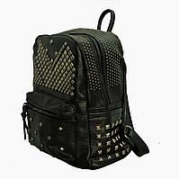 Черный рюкзак с шипами и заклепками