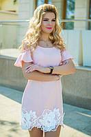 Платье свободного кроя. Подол украшен кружевом 3D. Открытые плечи -тренд весенне-летнего сезона.